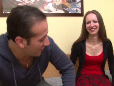 Une jeune femme accoste Fabien et Max dans la rue car elle cherche l'hôtel de la