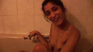 Indiana Fox, une beurette aux petits seins qui gueule de plaisir quand elle prend son pied
