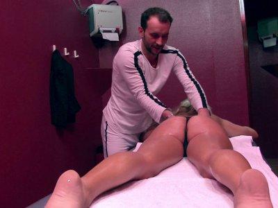 Une chaudasse se rend dans un salon de massage où elle a rendez vous. Elle dit a