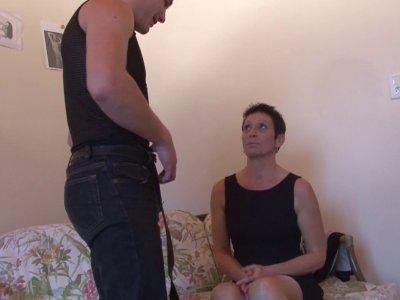 Diana, une mature de 48 ans, se présente à Philippe pour un casting afin de pouv