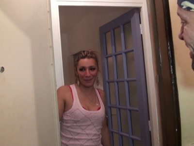 Keyra, 27 ans, coiffeuse de métier et surtout belle petite blonde à petits seins