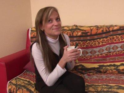 Chris retrouve Alicia et Candice dans le salon et fait des essais avec sa caméra