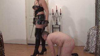 Voici un petit cour de SM avec une grosse maîtresse perverse. Elle va s'occuper de...