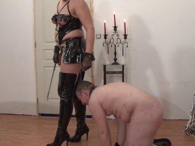 Voici un petit cour de SM avec une grosse maîtresse perverse. Elle va s'occuper