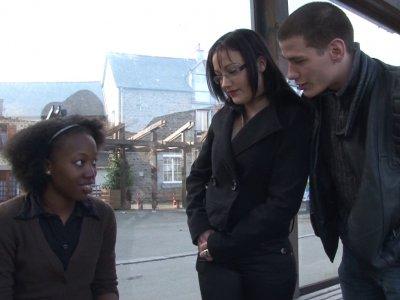 Candice et Christopher font une drôle de rencontre à l'arrêt de bus. Une jolie b