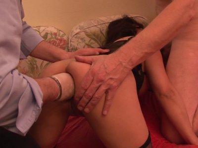 Lola, 36 ans, rend visite à Philippe car, à force de regarder les films porno, e