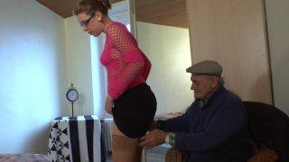 Une étudiante suce un vieil homme pour se faire un peu d'argent