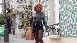 Naomie, une chaudasse black, part en chasse dans le quartier de Montmartre. La salope...