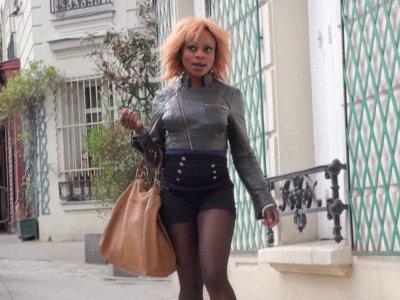 Naomie, une chaudasse black, part en chasse dans le quartier de Montmartre. La s