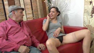 Papy pervers culbute une jeune patiente chez le médecin