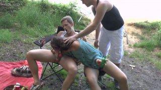 Lola Satine se fait prendre la moule au bord d'un lac par ses deux copains pervers
