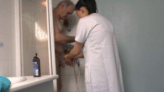 Un papi pervers demande à une femme asiatique de sucer sa petite queue sous la douche