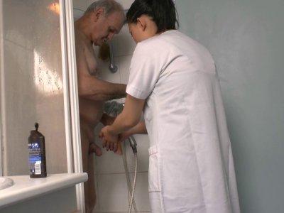 L'aide ménagère de Papy, une ravissante petite Chinoise, arrive et comme tous le