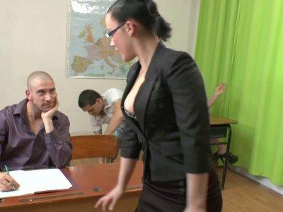 3 étudiants, Sébastien, Cassandra et Ludovic, se rendent en salle de classe pour