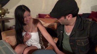 Une asiatique appelle le plombier et se fait baiser bestialement