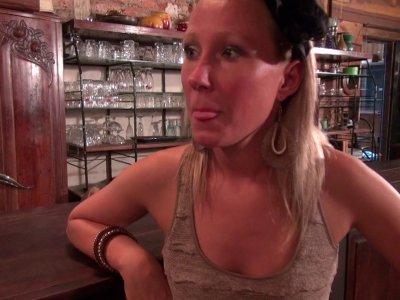 Une patronne de restaurant est en détresse car son évier est bouché et elle ouvr