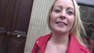 Plan cul anal avec une jolie blonde trouvée dans une rue de Paris