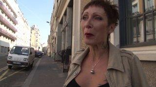 Fabien et Max, en pleine promenade en ville, tombe sur une jolie femme mature à la...