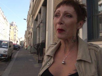Fabien et Max, en pleine promenade en ville, tombe sur une jolie femme mature à