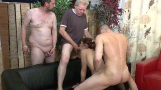 Trois hommes ont rendez vous dans un établissement un peu particulier. Quand ils...
