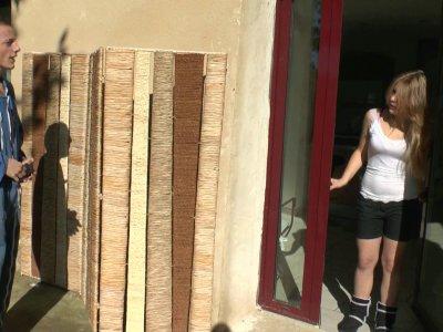 Notre jeune bricoleur du jour, embauché pour monter des palissades va finir par