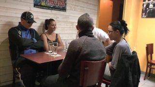 Un trio libertin se retrouve dans un café autour de Candice et d'un hardeur pour...