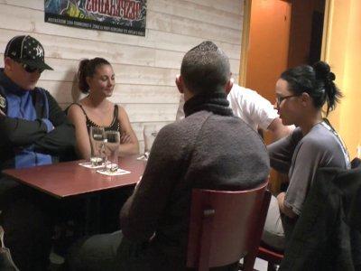 Un trio libertin se retrouve dans un café autour de Candice et d'un hardeur pour