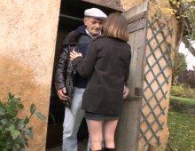 220x170 15 - Lucie baise avec Papy pour le remercier.