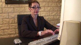 Catalya, une chef d'entreprise très stricte, s'énerve devant son ordinateur car elle...