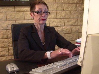 Catalya, une chef d'entreprise très stricte, s'énerve devant son ordinateur car